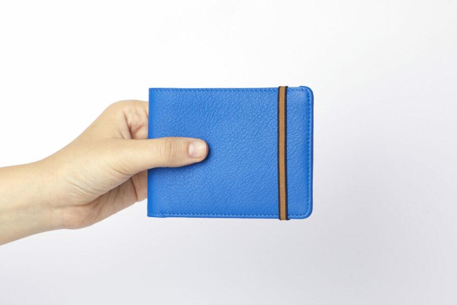 Portefeuille Minimaliste Bleu Ciel en Cuir de Carré Royal en main (LA902 Bleu Ciel)