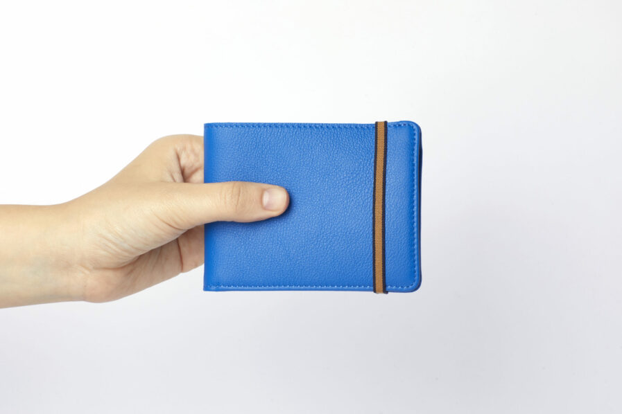 Portefeuille Minimaliste Bleu Ciel en Cuir de Taurillon avec Poche à monnaie par Carré Royal en main (LA901 Bleu Ciel)